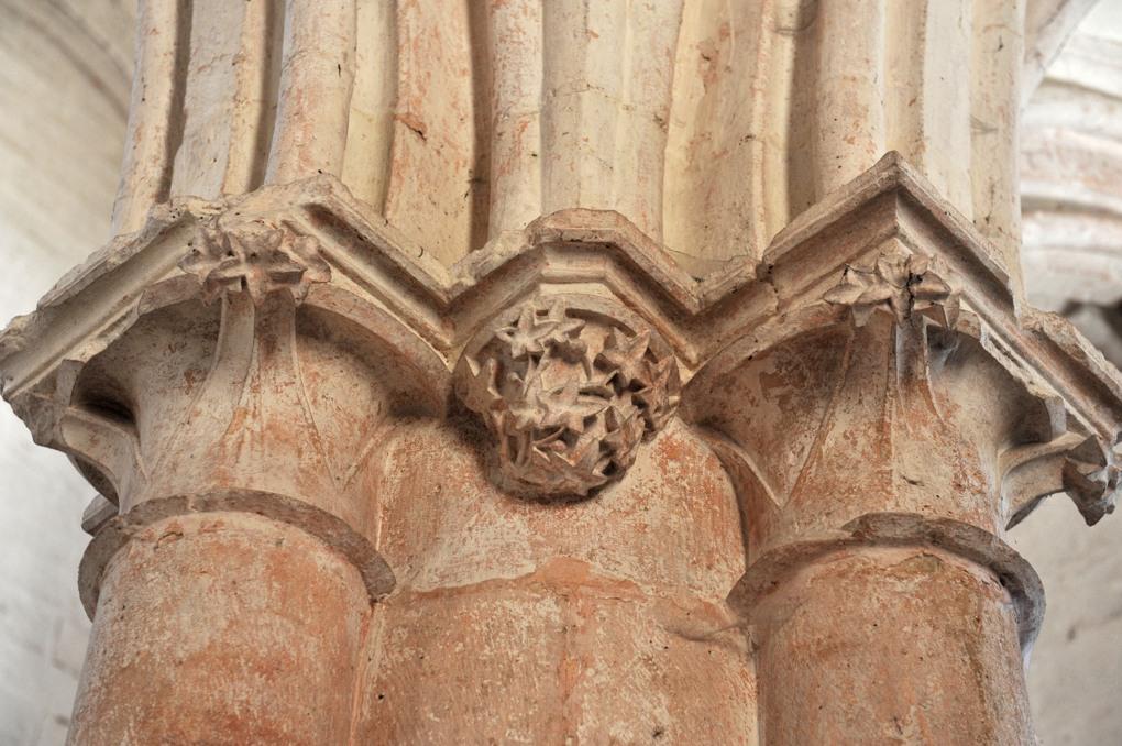 Aignay-le-Duc - Eglise Saint-Pierre-et-Saint-Paul (XIIIe siècle) : chapiteaux - crochets coiffant un pilier de la nef, à la retombée des arcs au premier niveau