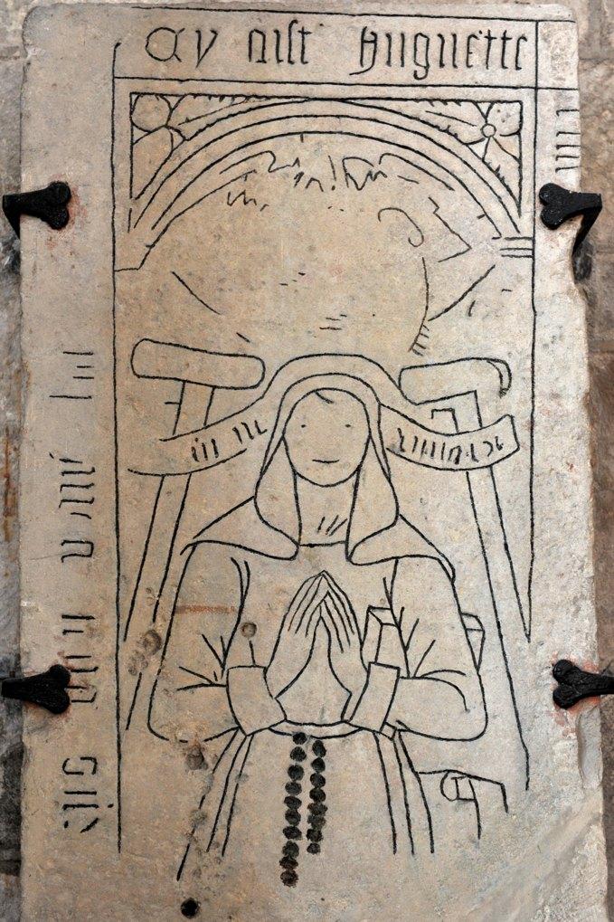 Aignay-le-Duc - Eglise Saint-Pierre-et-Saint-Paul (XIIIe siècle) : plaque tombale d'une certain Huguette (XVIe siècle)