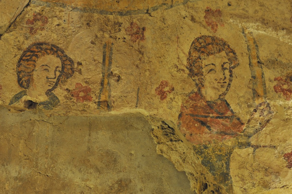 Alluy - Crypte (fin du XIIe siècle) - Peintures murales : deux personnages (début du XIVe siècle)