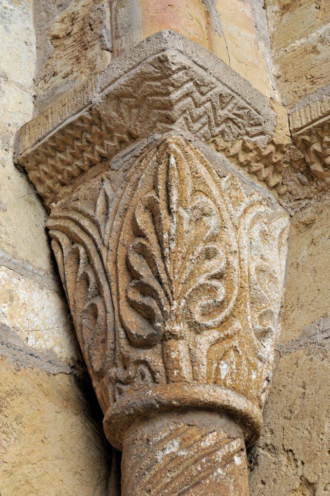 Alluy - Eglise Saint-Pierre-et-Saint-Paul - Chapiteau à décor végétal (portail)