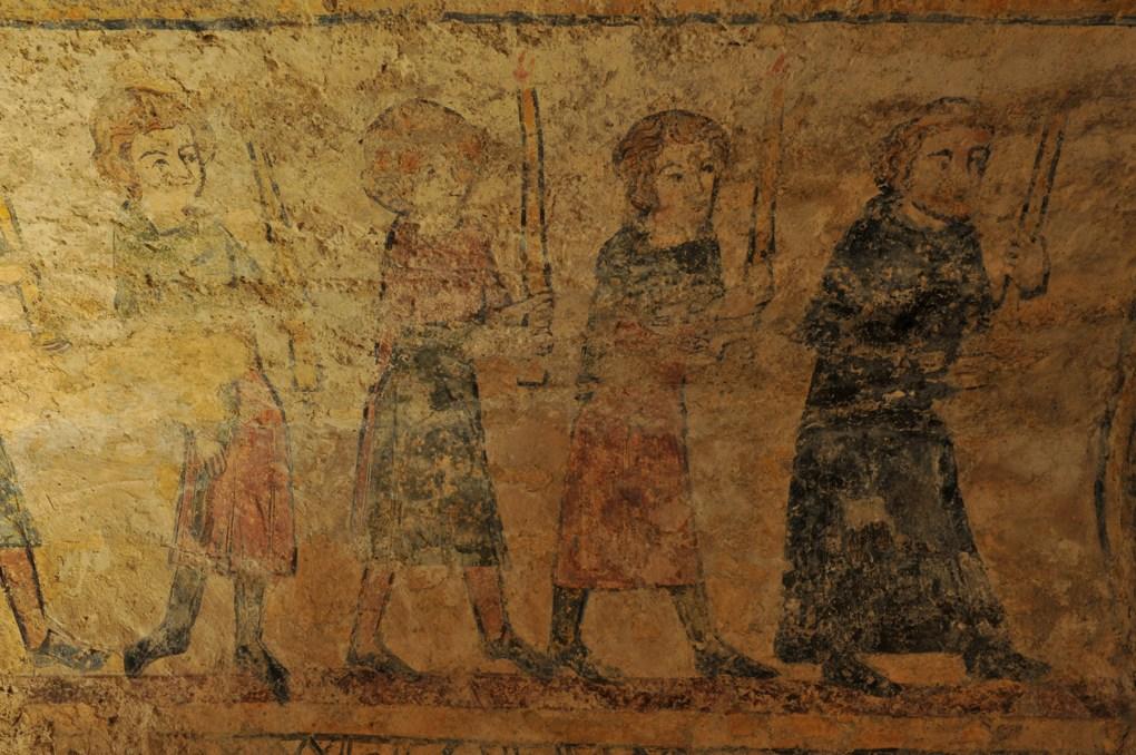 Alluy - Crypte (fin du XIIe siècle) - Peintures murales : procession de céroféraires (début du XIVe siècle)