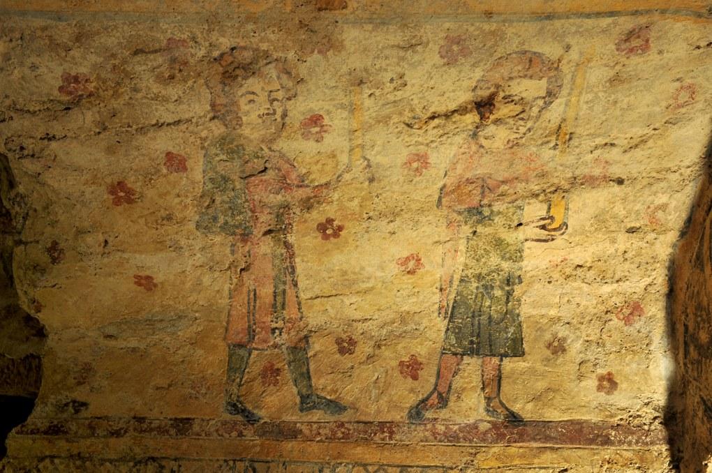 Alluy - Crypte (fin du XIIe siècle) - Peintures murales : procession (début du XIVe siècle)