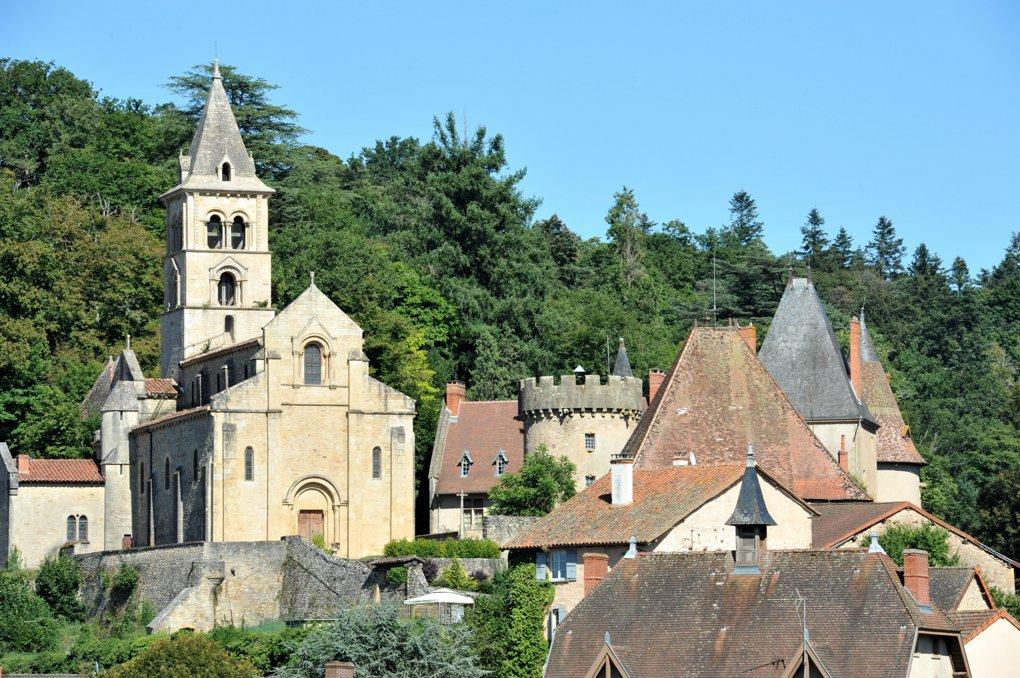 Châteauneuf - église Saint-Pierre-et-Saint-Paul (XIIe siècle) et château du Banchet (XIVe-XIXe siècle)