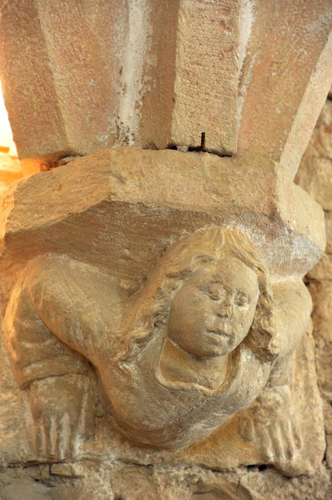 Châtel-Gérard - Prieuré de Vausse - Porterie : culot sculpté à la retombée des arcs en ogives
