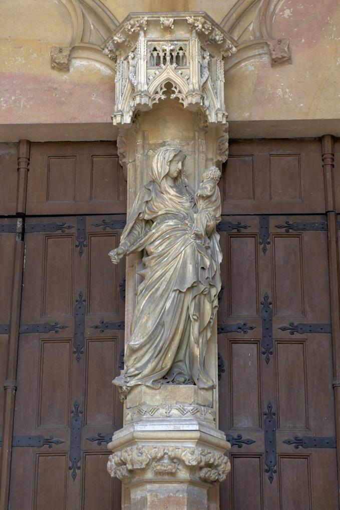 Dijon - Vierge à l'Enfant au trumeau du portail de la chapelle de la Chartreuse de Champmol (v. 1391)