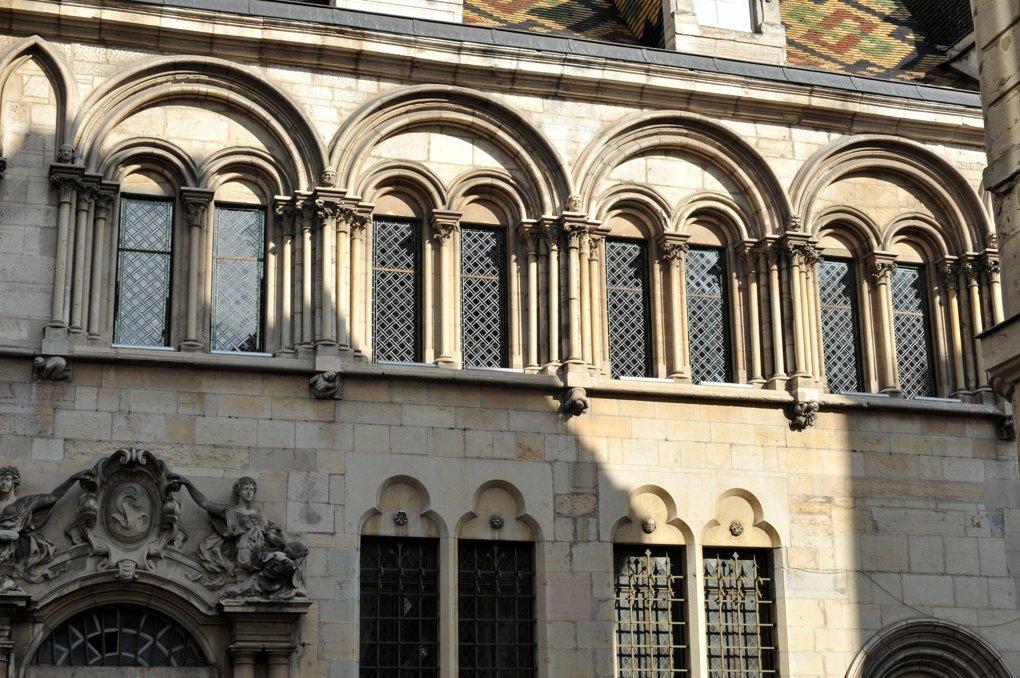 Dijon - Hôtel Aubriot - Baies géminées sous arc formeret (fin du XIIIe siècle)