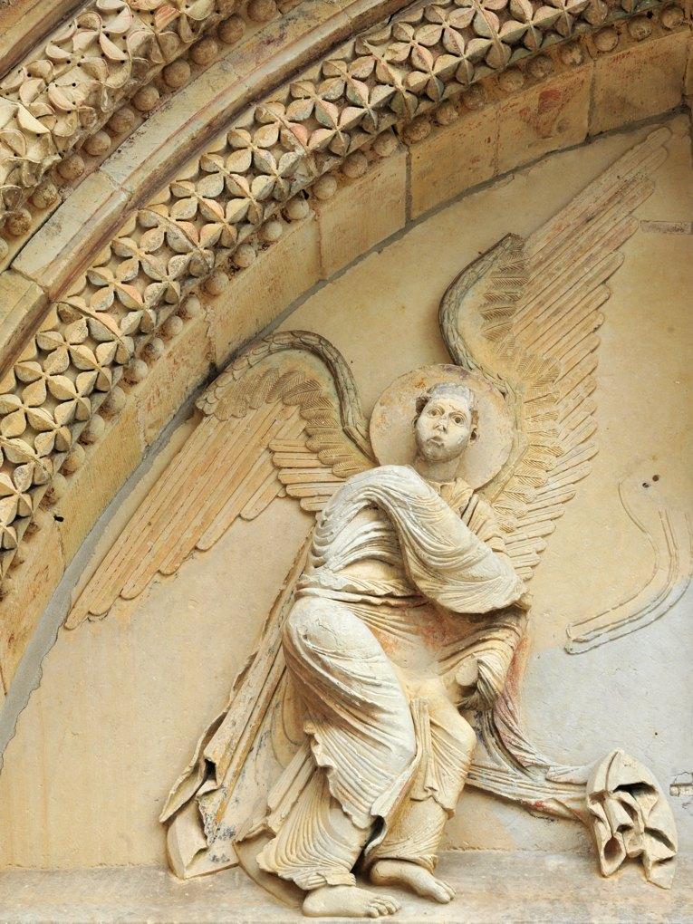 Donzy - Donzy-le-Pré - Tympan : ange thuriféraire (milieu du XIIe siècle)