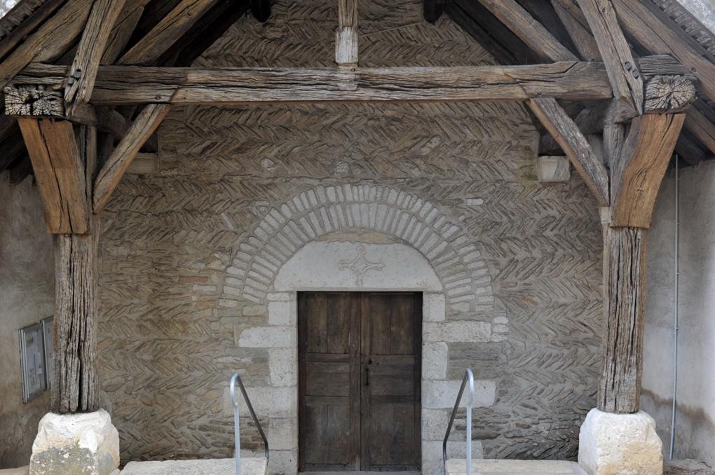 Hauteville-lès-Dijon - Eglise Saint-Pierre : façade en opus spicatum datant des environs de l'an mil