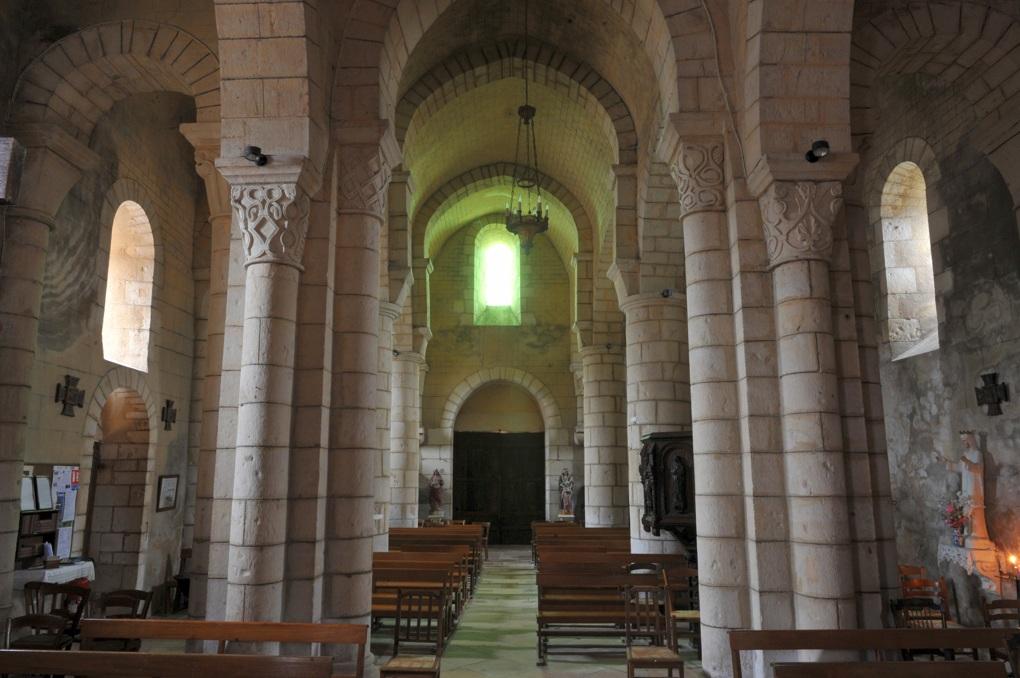 Mars-sur-Allier - église Saint-Julien (XIIe siècle) : vue sur la nef depuis le choeur