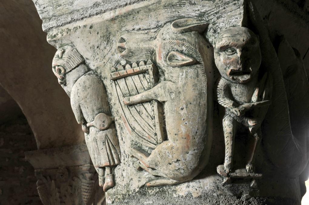 Saint-Parize-le-Châtel - Porc jouant de la lyre et singe s'essayant à la vièle