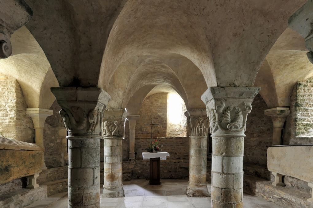 Saint-Parize-le-Châtel - Crypte : vue sur les trois nefs et l'abside