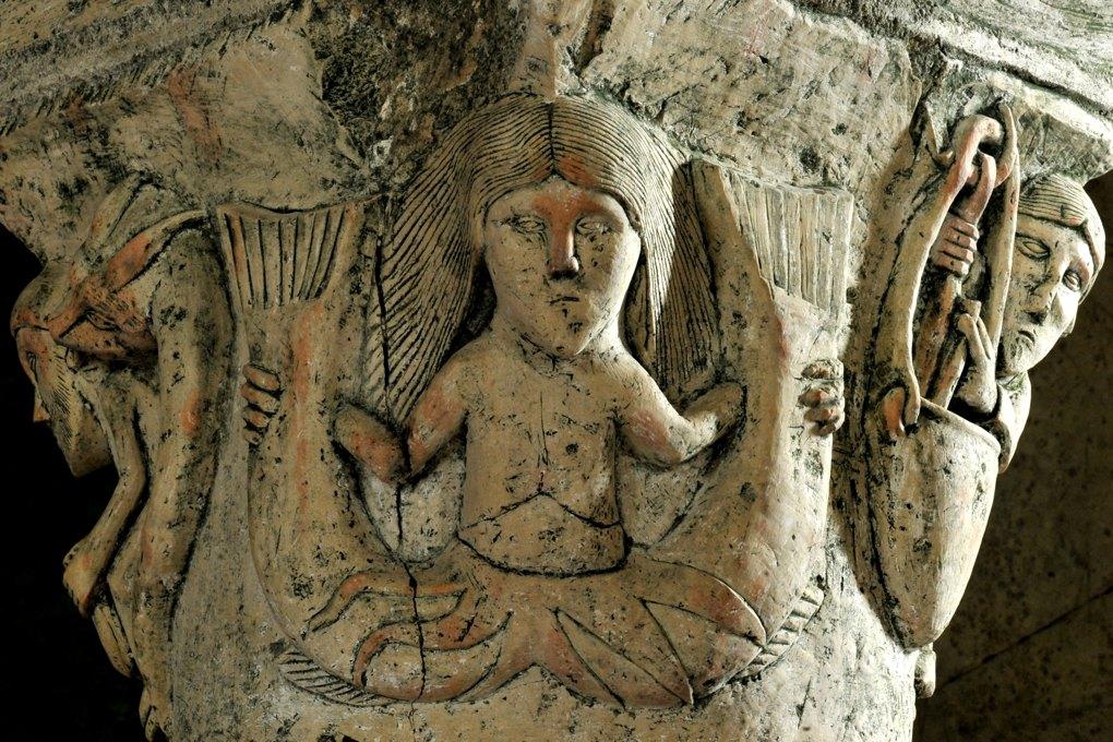 Saint-Parize-le-Châtel (Nièvre) - Eglise Saint-Patrice - Chapiteau de la crypte : la Sirène (v. 1115)