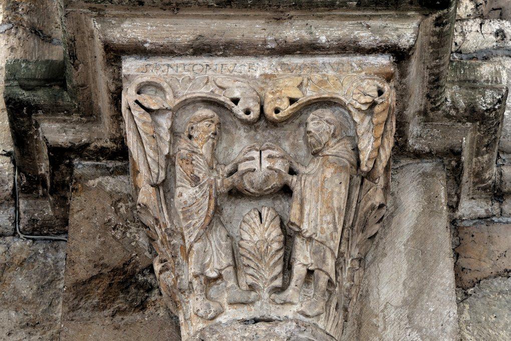Vézelay - Chapiteau de la nef : les ermites du désert égyptien Antoine et Paul partagent leur repas (v. 1130)