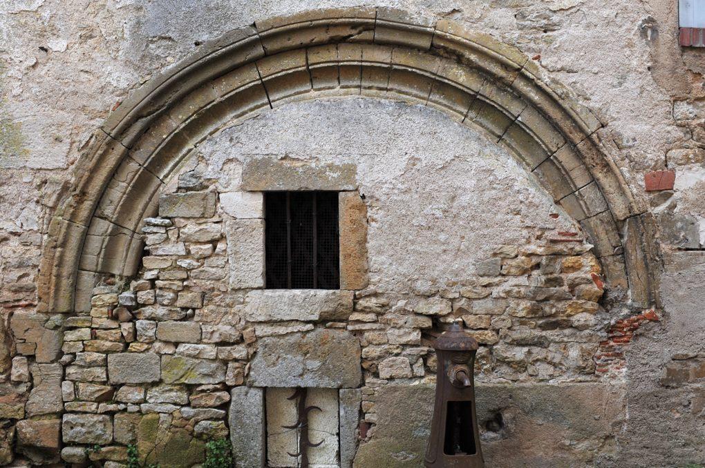Vézelay - Arc roman dans une maison de Vézelay (XIIe siècle)