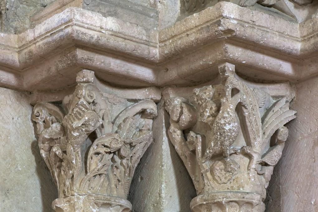 Vézelay-Abbatiale - Portail central de la nef - chapiteaux : Adam et Eve et faunesses (v. 1130)