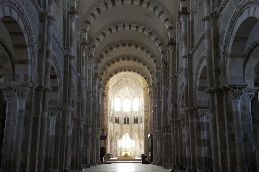 Vézelay - Lever de soleil dans la basilique