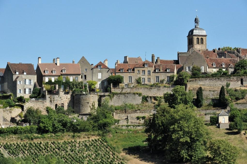 Vézelay - Les remparts sud (XIVe siècle) et, à l'arrière-plan, le clocher de l'église Saint-Pierre (milieu du XIIe siècle)