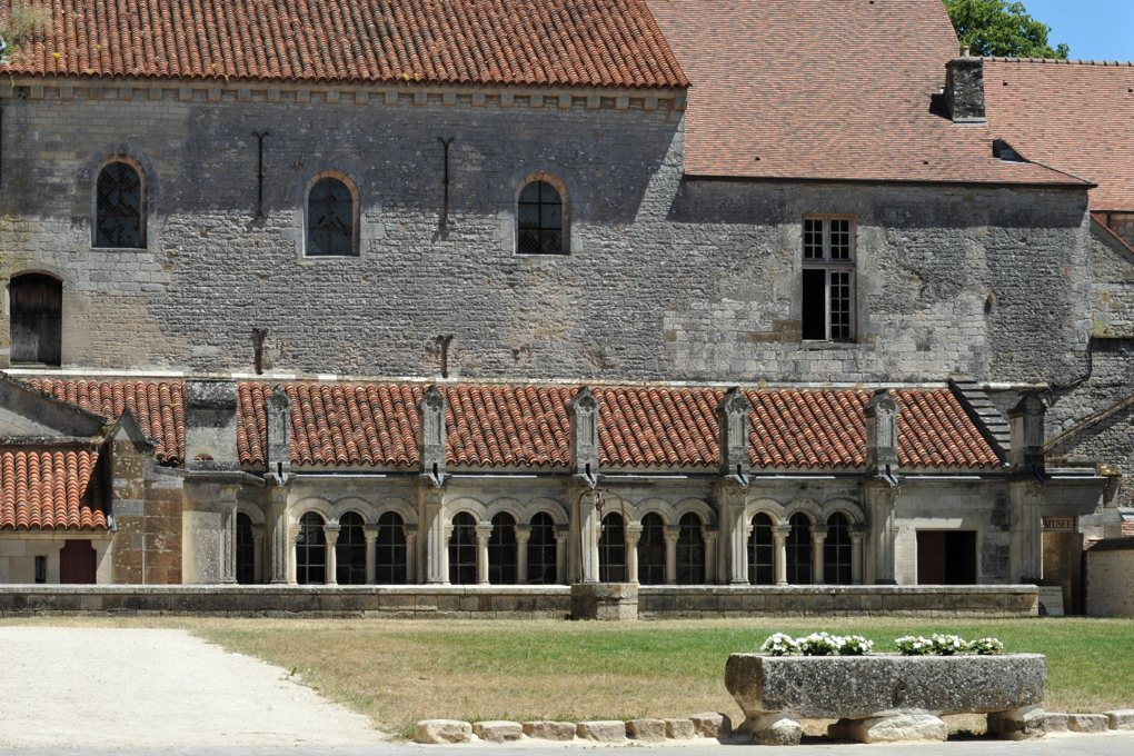 Vézelay - Cloître du XIXe siècle et salles romanes à l'étage (Musée lapidaire et ancien scriptorium ?)
