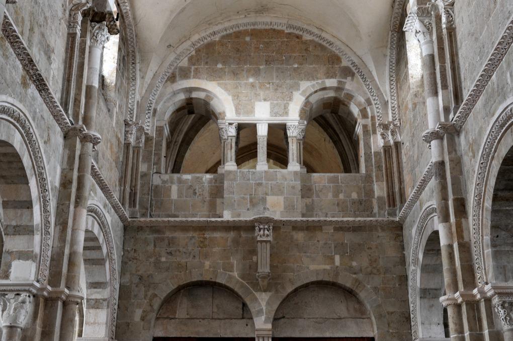 Vézelay - Mur ouest de la nef et chapelle Saint-Michel à l'étage du narthex