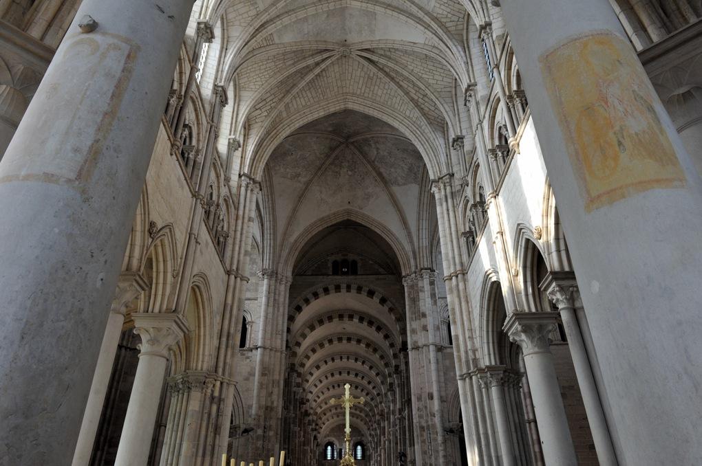 Vézelay - Les voûtes du choeur, de la croisée du transept et de la nef depuis le déambulatoire