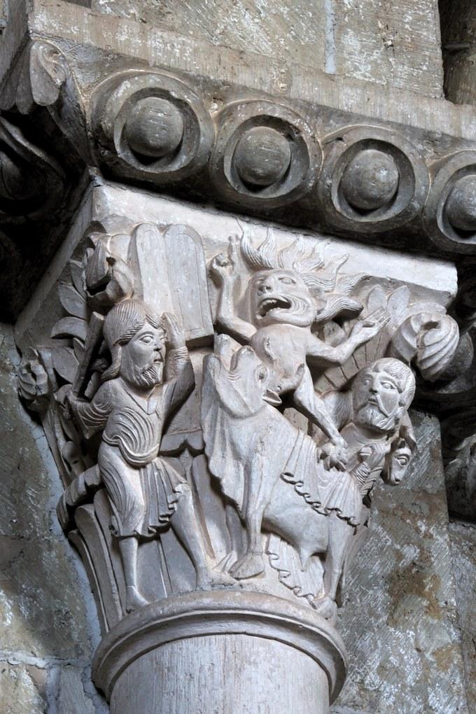 Vézelay - Chapiteau de la nef : Moïse et le Veau d'Or (v. 1130)