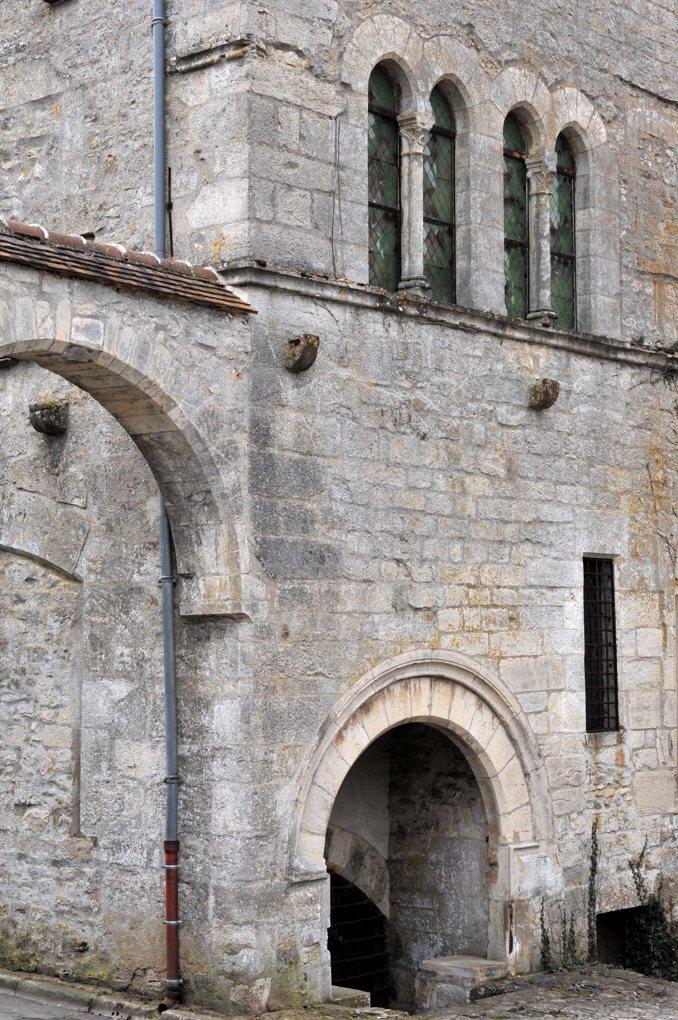 Vézelay - Maison romane (caves) et gothique, ancien temple protestant puis couvent des ursulines, à présent maison privée (v. 1200-milieu du XIIIe siècle)
