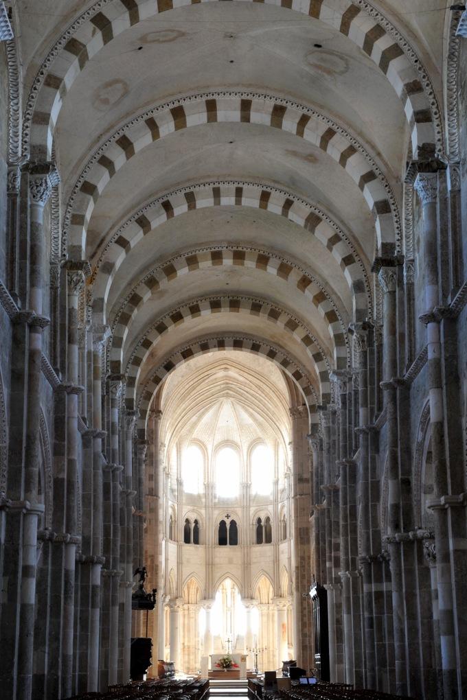Vézelay - La nef : de la pénombre à la lumière