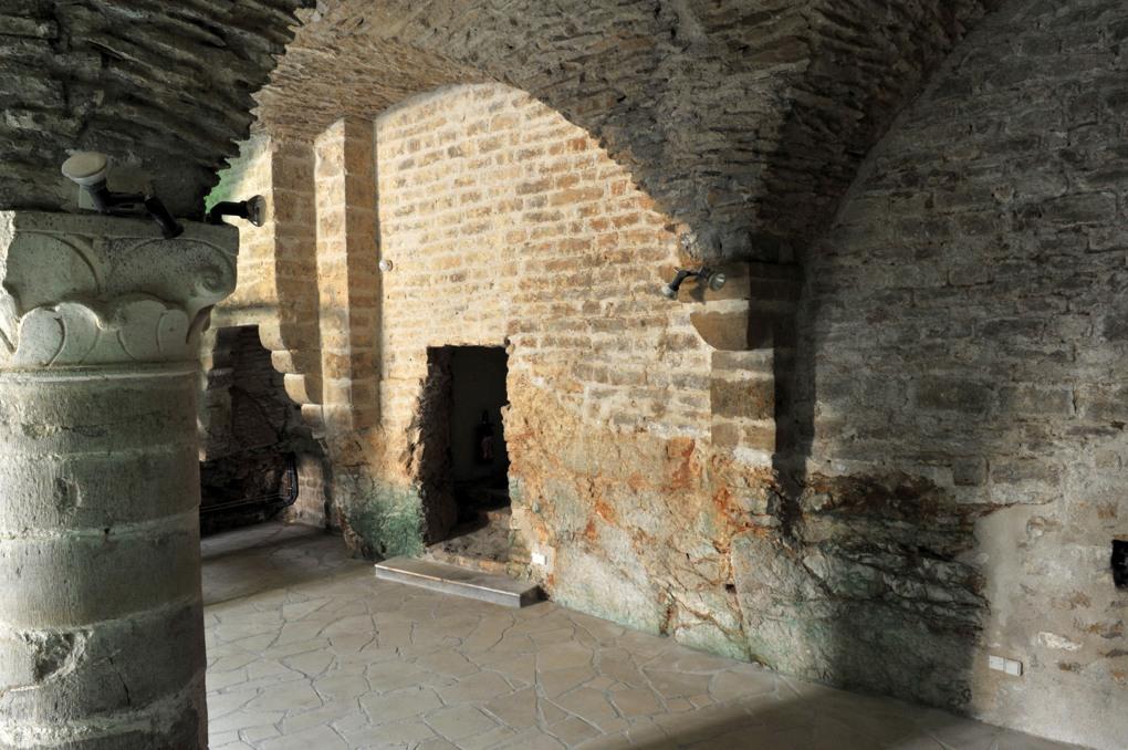 Vézelay - Centre Sainte-Madeleine : salle Maurice Clavel : salle semi enterrée de la fin du XIIe siècle