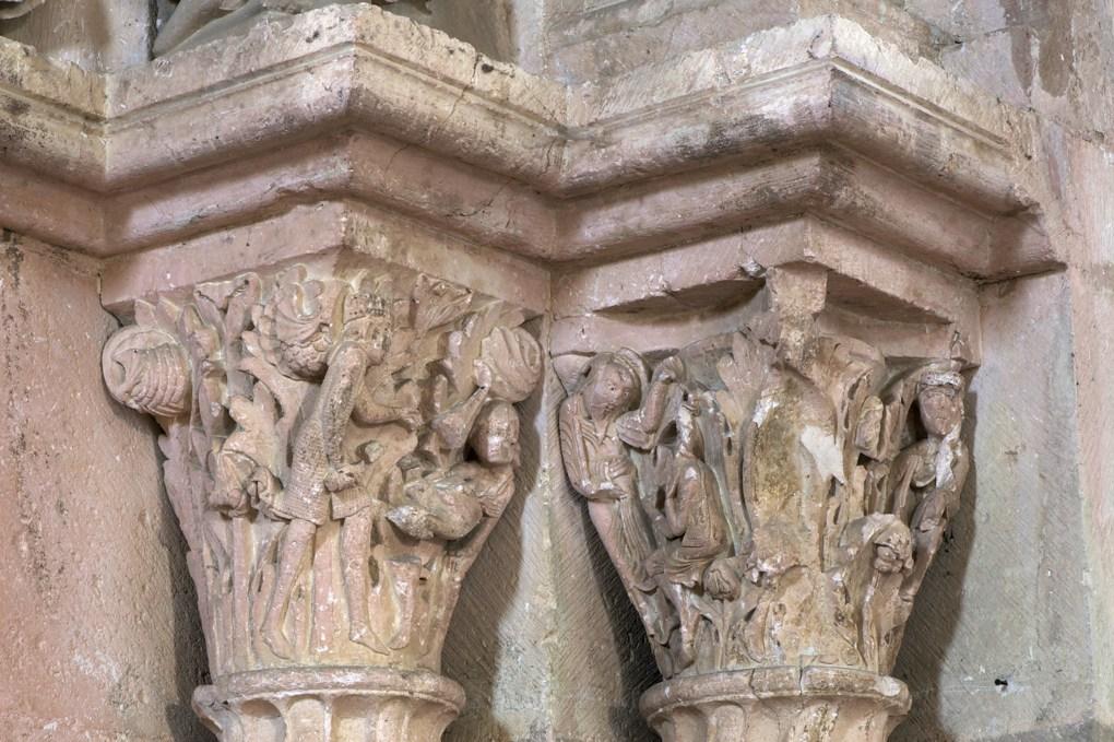 Vézelay-Abbatiale - Portail central de la nef - chapiteaux du piédroit nord : Adam et Eve chassés du Paradis terrestre et Faunesse chassant un oiseau fabuleux (v. 1130)
