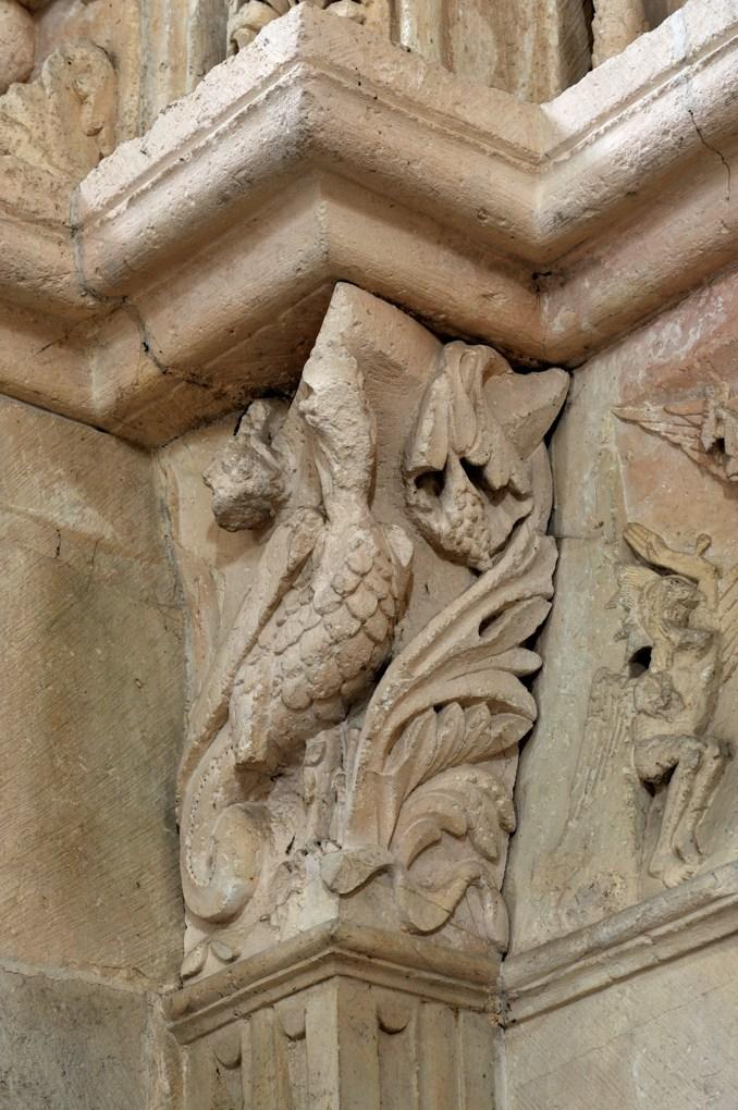 Vézelay - Abbatiale - Chapiteau représentant le basilic : piédroit du portail nord de la nef (v. 1130)