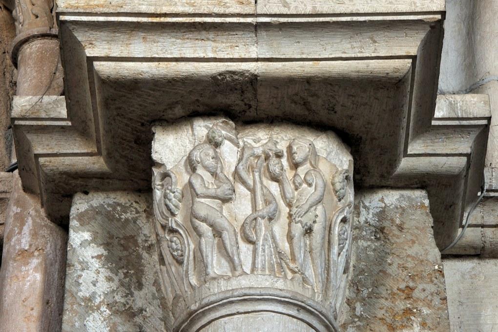 Vézelay - Chapiteau de la nef - Collatéral nord : Adam et Eve, le péché originel (v. 1100 ; chapiteau de réemploi)