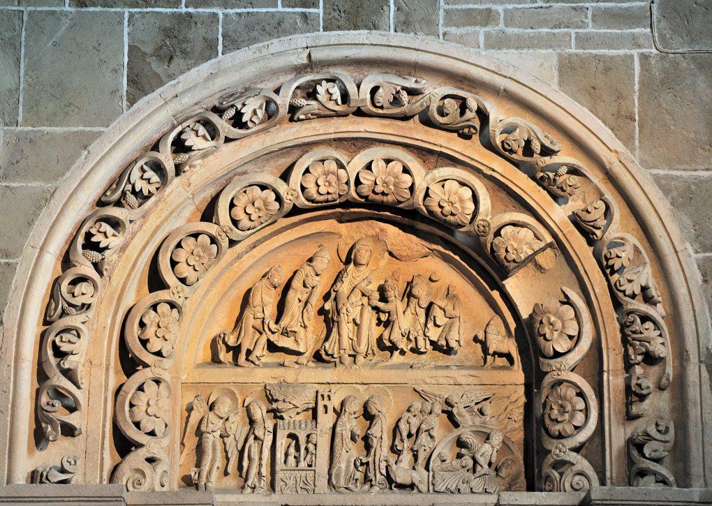 Portail sud de la nef tympan et voussures (v. 1130)