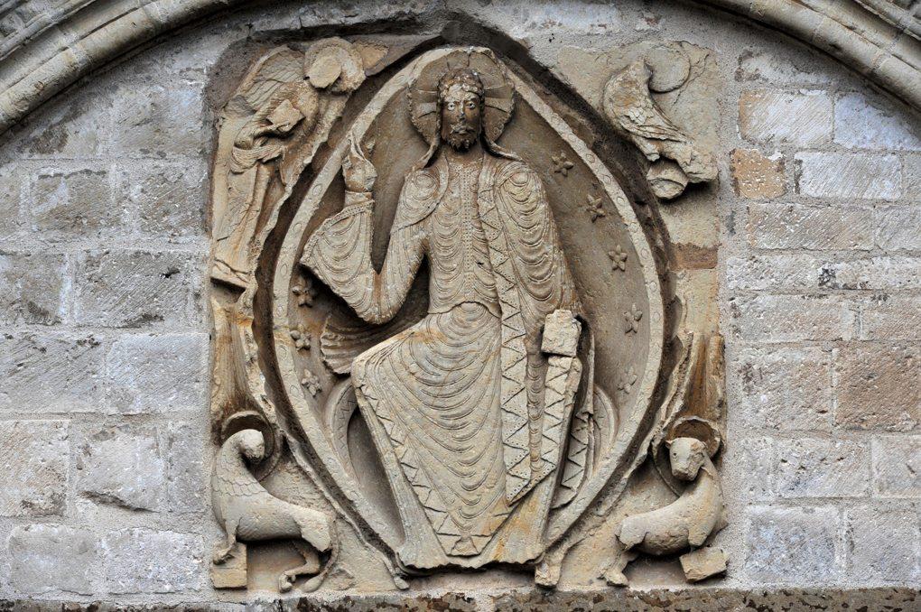 Cervon - Eglise Saint-Barthélémy - Portail occidental : le Christ bénissant (v. 1150)