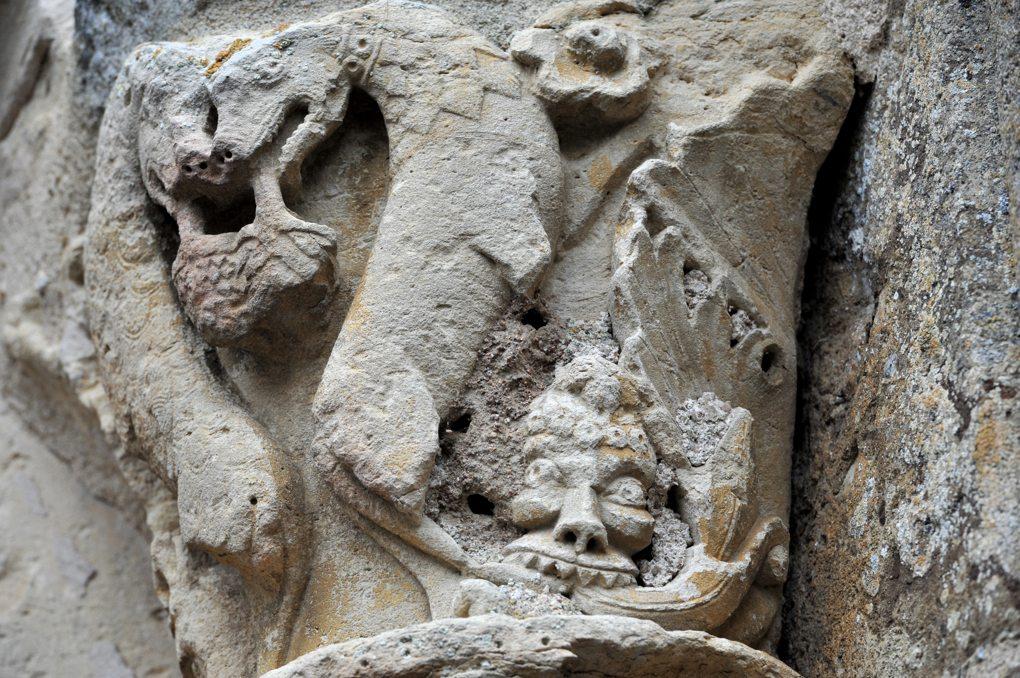 Cervon - Eglise Saint-Barthélémy - Chapiteau du portail occidental (XIIe siècle) : détail