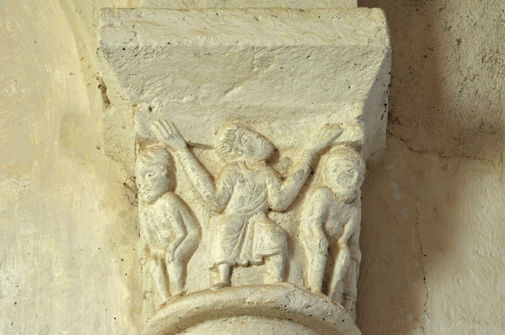 Eglise Saint-Laurent - chapiteau décoré d'un atlante (v. 1120)