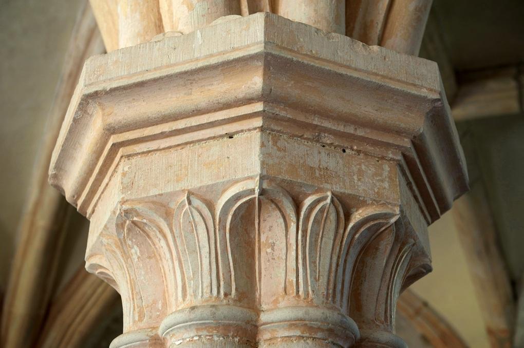 Montbard - Abbaye de Fontenay : chapiteau orné de feuilles d'eau (XIIe siècle)