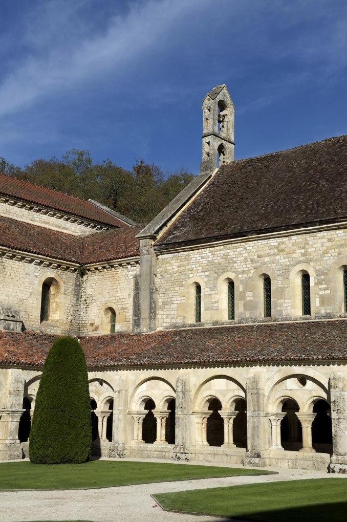 Montbard - Abbaye de Fontenay - Le cloître et le clocher-campanile à deux arcades de l'abbatiale (XIIe siècle)