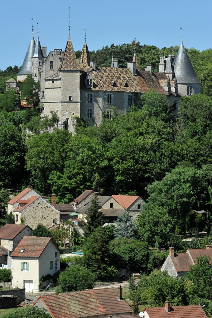 La Rochepot - Le château dominant depuis l'éperon le bourg de La Rochepot