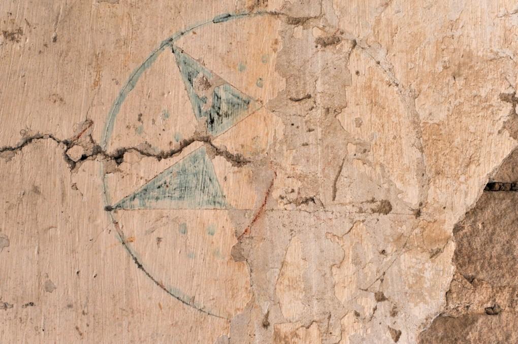 Ladoix-Serrigny - Chapelle Notre-Dame du Chemin (XIe et XVe siècle) - Vestige d'une croix de consécration dans la partie romane (XIIe siècle)