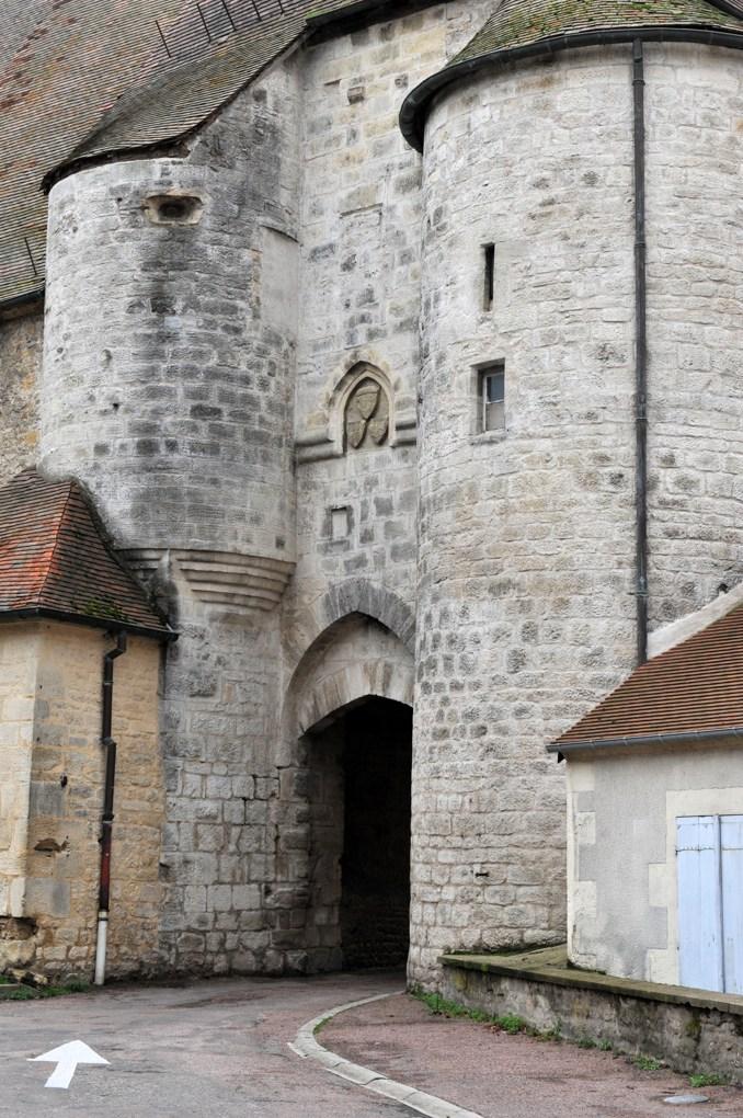 Prémery - Porche du château (début du XIVe siècle)
