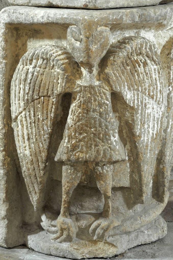 Sémelay - Eglise Saint-Pierre (XIIe siècle) - Chapiteau en réemploi orné d'un aigle (support du bénitier à l'entrée de l'église)