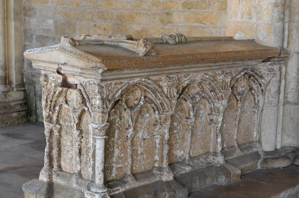 Saint-Père-sous-Vézelay - Tombeau (1258) de Dame Gaudri-Guibourg dans le narthex