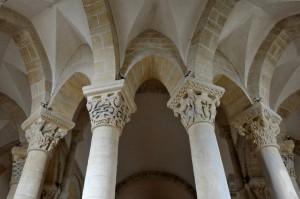 Saint-Révérien (58) - Eglise Saint-Révérien : Colonnes et chapiteaux du rond-point (milieu du XIIe siècle)