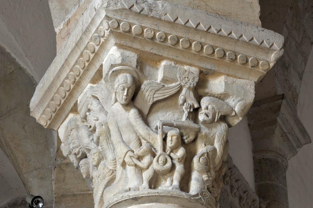 Saint-Révérien - Eglise Saint-Révérien - Chapiteau du rond-point : la pesée des âmes lors du Jugement dernier (XIIe siècle)