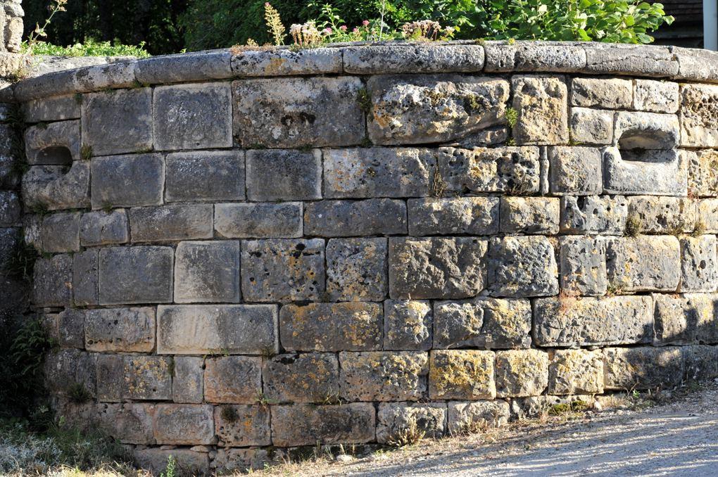Salives - Remparts - Base d'une tour à bossage
