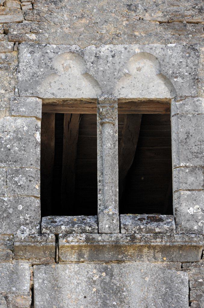 Salives - Baie géminée gothique d'une maison dans le village (XIVe siècle)