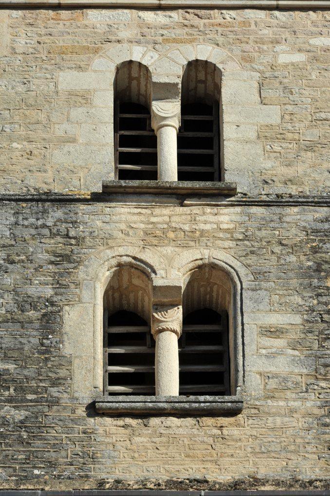 Salives - Eglise Saint-Martin - Baies romanes du clocher (XIIe siècle)