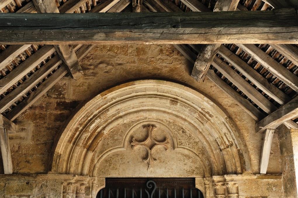 Santenay - Eglise saint-Jean-de-Narosse à Saint-Jean-le-Haut (XIIIe et XVe siècle) - Le tympan (début du XIIIe siècle) et le porche