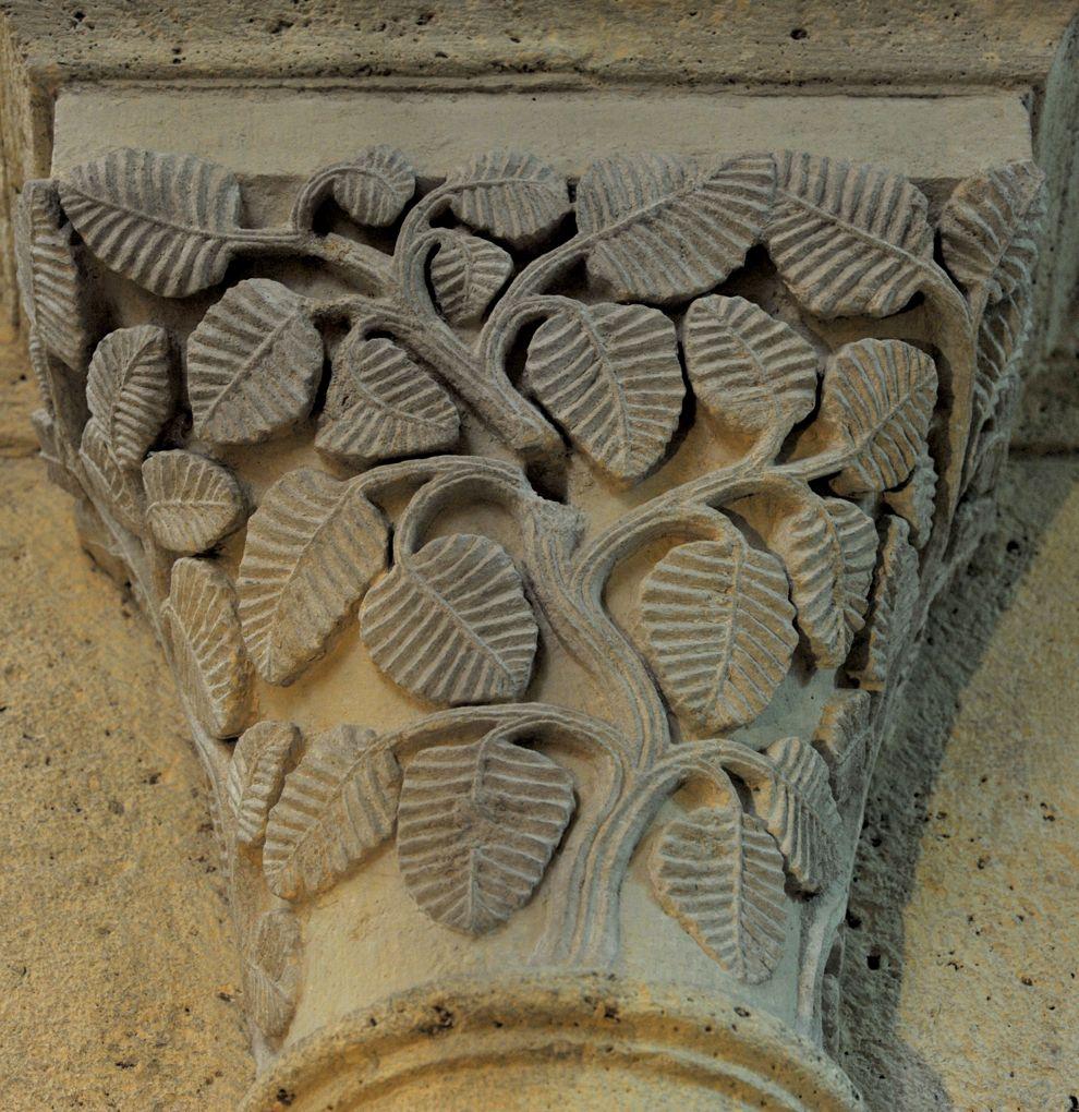 Saulieu - Basilique Saint-Andoche : chapiteau orné de feuilles d'aulne (v. 1140)