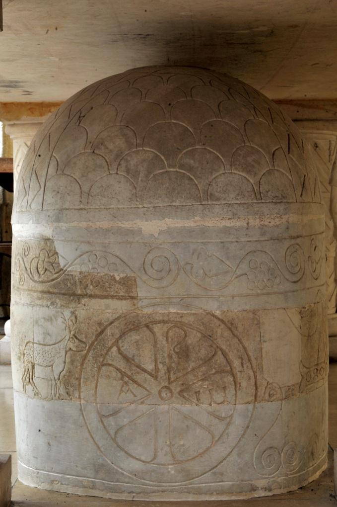 Saulieu - Basilique Saint-Andoche - Sarcophage antique avec gravures d'époque mérovingienne (sous l'autel du choeur)